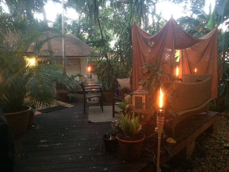 Bungalow in Miami, Verenigde Staten. Come and enjoy a quite cottage nestled under 100 year old Oak Trees in the  Upper East Side / Mimo District.  Within a block to many hip restaurants, cafes, bars & parks.  And only 15 mins to the beach!  Our Urban Paradise awaits you!!!  Welcome t...