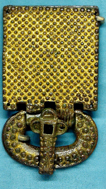 Visigothic belt buckle. Gilt, silvered bronze and glass paste, from Aquitaine, first half of the 6th century. Found in 1868 in the Visigothic necropolis of Tressan, Provence-  CILPERIC 1° 2)BIOGRAPHIE 2.9.2 ALLIANCE ENTRE AUSTRASIE ET ROYAUME DE SOISSONS, 3: En 582, des ambassadeurs sont envoyés en Hispanie, en vue de marier RIGONDE, fille de Chilépric, à RECAREDE, second fils de LEOGIVILD, désigné comme héritier de la couronne WISIGOTH. Frédégonde met alors au monde un fils.