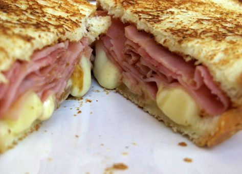 Recetas de Sándwich Chilenos, Sándwich Barros Jarpa, queso fundido, jamón y pan amasado conforman este tradicional sándwich chileno.