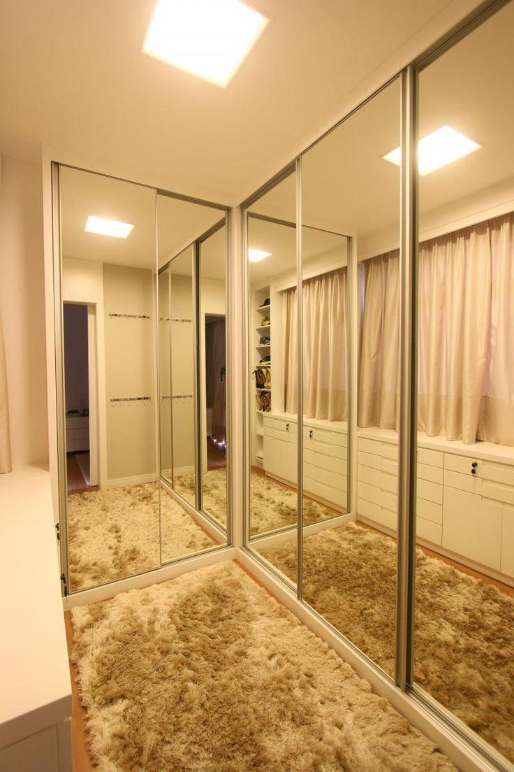 Lindo closet todo com portas de correr de espelho ♥♥♥♥