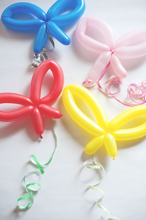 Twisting balloons into shapes can be annoyingly squeaky, but these balloon bows are very cool.