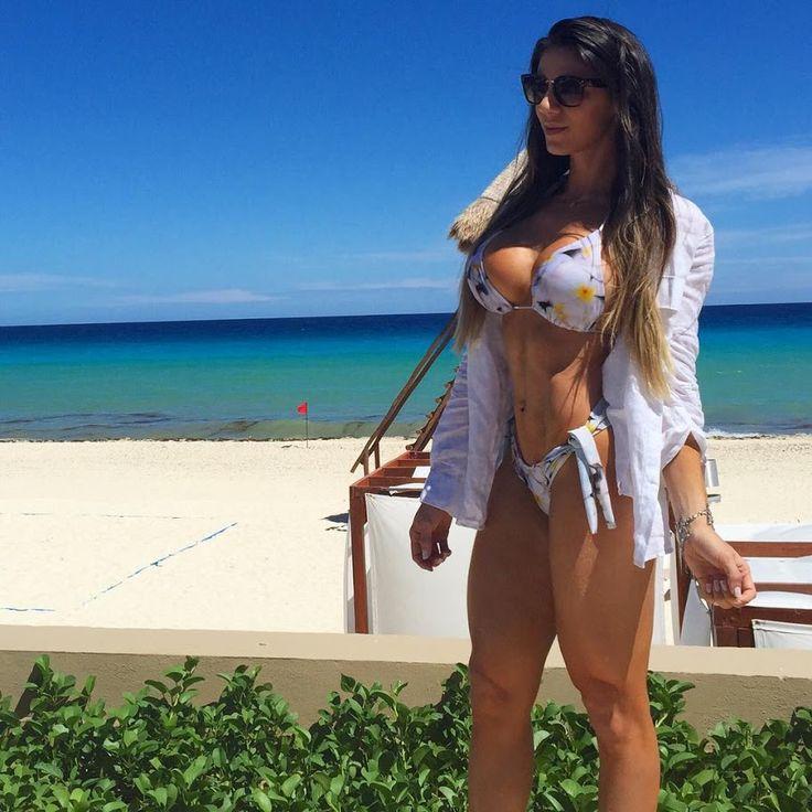 Сексуальная девушка в бикини Carol Saraiva