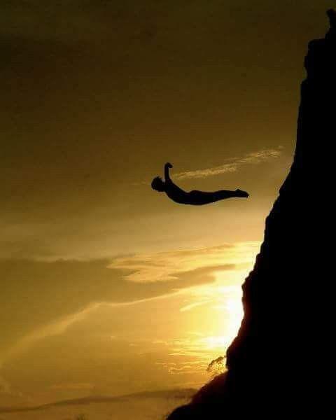 """""""Y en mi locura encontré la libertad y la seguridad que da el que no le entiendan a uno, pues quienes nos comprenden esclavizan algo de nosotros"""" Khalil Gibran"""