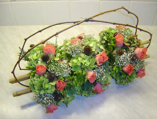 Bloemschikken: driedelig bloemstuk als tafelversiering