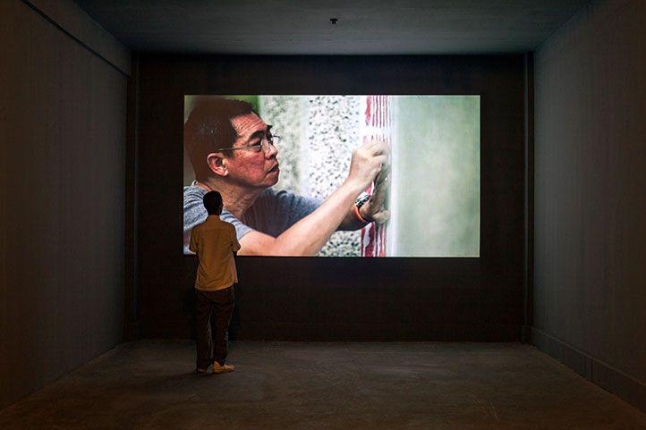 FX Harsono Rapport Prins Claus Fonds Prijzencommissie 2014 april 2014  FX Harsono (Blitar, 1949) is beeldend kunstenaar. In zijn werk onderzoekt hij de nationale identiteit, vooral met betrekking tot etnische minderheden. Al veertig jaar is hij als sociaal bewogen burger een belangrijke figuur in de Indonesische kunstwereld en was in 1975 een van de oprichters van de Gerakan Seni Rupa Baru (Beweging Nieuwe Kunst). Zij verwierpen het idee dat kunst een zaak van de elite is en stelden sociale…
