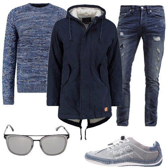 Outfit da uomo, primaverile, composto da: jeans dall'aria vissuta, maglione a fantasia melange, blu, a scollo tondo, parka blu navy, in cotone, con cappuccio, sneakers grigie e blu, in fintapelle e tessuto e occhiali da sole grigi.