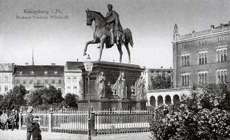 Das insgesamt 11 m hohe Reiterstandbild von König Friedrich Wilhelm III. wurde 1851 enthüllt und stammte von August Kiss.Die Statue stand mitten auf dem Paradeplatz (Königsgarten) vor dem Hauptgebäude der Königsberger Universität. Foto ca. 1910.