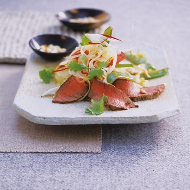 Rezept: Thai-Lamm-Salat mit Paprika, Chili, Koriander und Erdnuss-Dressing - [LIVING AT HOME]