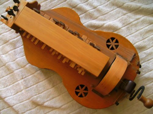 Viele à roue - instrument de musique du moyen age - musicien et musique médiévale - Les Voyageurs du Temps