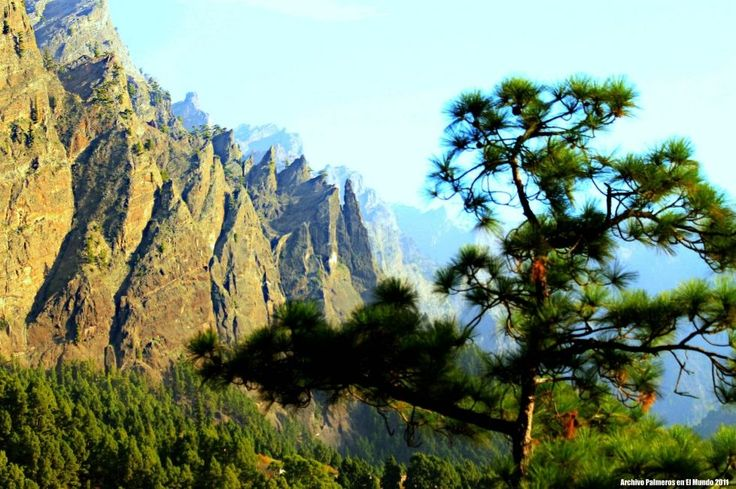 Parque Nacional de la Caldera de Taburiente El Paso El Parque Nacional de La Caldera de Taburiente, se caracteriza por ser un enorme circo de 8 kilómetros de diámetro con aspecto de caldera, donde múltiples erupciones volcánicas, grandes deslizamientos, la fuerza erosiva del agua y el tiempo han ido modelando su geomorfología convirtiéndola un un escaparate de hasta 2.000 metros de desnivel. Es declarado Parque Nacional en 1954