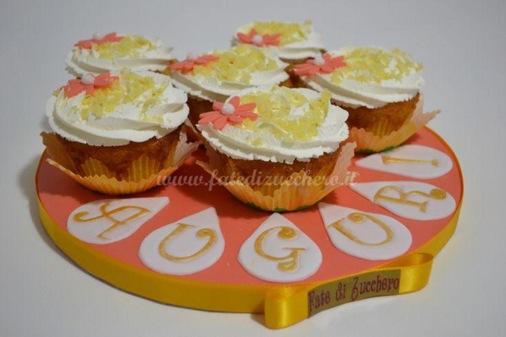 Composizione di Cupcake Mimosa: con base all'ananas, frosting cream cheese e decorazioni margherita modellate e dipinte a mano
