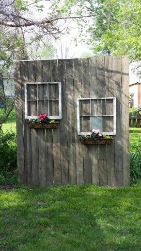 Mein altes Holz aus Holz und die Fenster aus dem Müll der Nachbarn machten einen hübschen Sichtschutz.