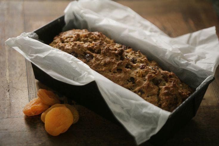 Bag dette lækre thebrød til eftermiddagstheen. Det er let at bage og smager helt fantastisk med koldt smør. Brødet kan sagtens bages flere dage i forvejen