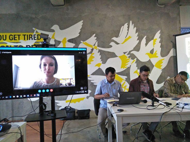 Amnesty: Pasukan Keamanan Membakar Wilayah Rakhine Agar Warga Rohingya Keluar dari Myanmar  Peneliti Amnesty International Laura melalui Skype seperti nampak di layar monitor tengah memaparkan hasil temuan fakta yang terjadi di Rakhine Myanmar dalam konferensi pers yang digelar Amnesty International Indonesia Jumat (15/9) di Jakarta. (Foto: EZ/Salam-Online)  JAKARTA (SALAM-ONLINE): Amnesty International menemukan bukti baru terkait tindakan bumi hangus berskala besar di seluruh negara bagian…