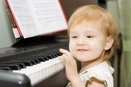 Muzyka rozwija, a nauka gry na instrumencie podwyższa iloraz inteligencji, usprawnia pamięć i logiczne myślenie. Od dawna wiedzieliśmy, że warto rozwijać dzieci muzycznie. Nauka gry na pianinie, skrzypcach, flecie i innym dowolnym instrumencie doskonale stymuluje rozwój dziecka. Dzięki kanadyjskim naukowcom, udało się ustalić, jak wykształcenie muzyczne wpływa na rozwój mózgu małych dzieci.