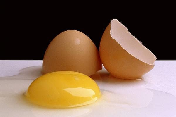 Use an egg on burns for relief! // worked for my two year old!!!!!! No blister, no pain! Amazing seriously!