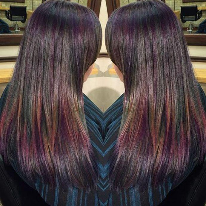 Maak kennis met oil slick hair, dé haarkleur trend van het moment waarbij met kleuren als paars, blauw, groen en geel het bijzondere effect van een olievlek wordt nagemaakt.