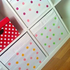 Das IKEA KALLAX oder EXPEDIT Regal ist ein Klassiker im Kinderzimmer für Spielzeug und Aufbewahrung. Wir zeigen eine schnelle DIY-Idee, um weiße Boxen für das Regal mit Farbe aufzupimpen. Ein simple IKEA Hack Idee für Kinder.