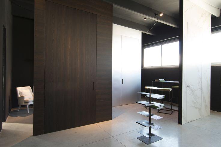 Linvisibile Brezza Filo 10 Vertical Pivot door, wood essence.    Showroom MAT.  #invisibledoors #internaldoors #MAT #showroom #designdoors