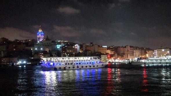 İstanbul'da Mavi Işıklar Otizm İçin Yakıldı - Vazgecmem.NET