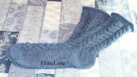 Neue Socken für das Frühjahr mit Rollrand und vielen, vielen kleinen Löchlein ...   hier ist das Muster in Großaufnahme zu sehen ...     ......
