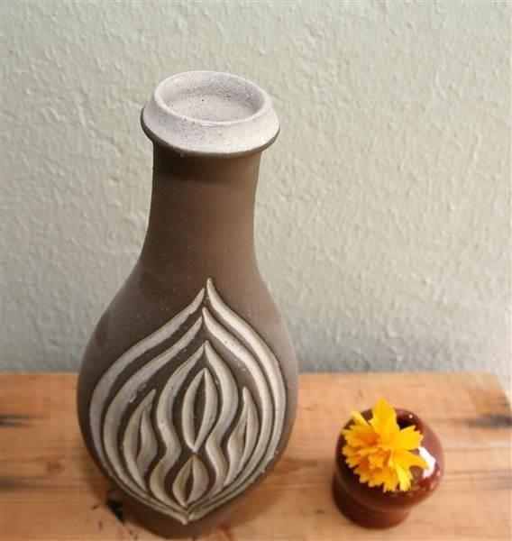 ¤¤ Retro vase fra LARHOLM - Selges av AdaL fra Yven på QXL.no. Vase i kermikk fra Larholm. Samme dekor på begge sider. Glasert innvendig. Høyde 25cm.