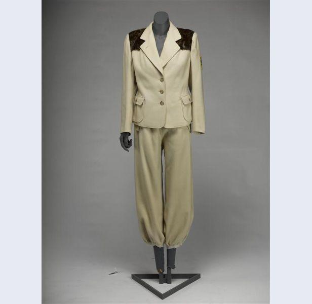 Hirsch & Cie (modehuis) Skipak van crèmekleurige wol, bestaande uit jasje en broek. Hierbij twee paar gele wollen kousen Nederland 1932 wol ; wol zijde Gemeentemuseum Den Haag: 1042759
