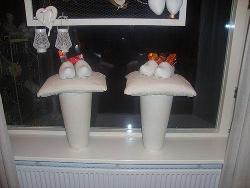 alternatief voor planten op de vensterbank: klompjes in de pot! (en wie weet worden ze ook nog gevuld...)