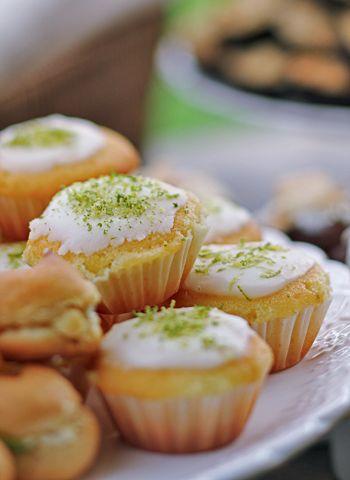 Bolinho de Limão:1 colher (sopa) bem cheia; de fermento em pó; 3 xícaras de farinha de trigo; 3 xícaras de açúcar cristal; 1 xícara de leite morno; 1 xícara de óleo; raspas da casca de 6 limões; 1 colher (sopa) de margarina sem sal 4 gemas sem pele; 4 claras em neve.