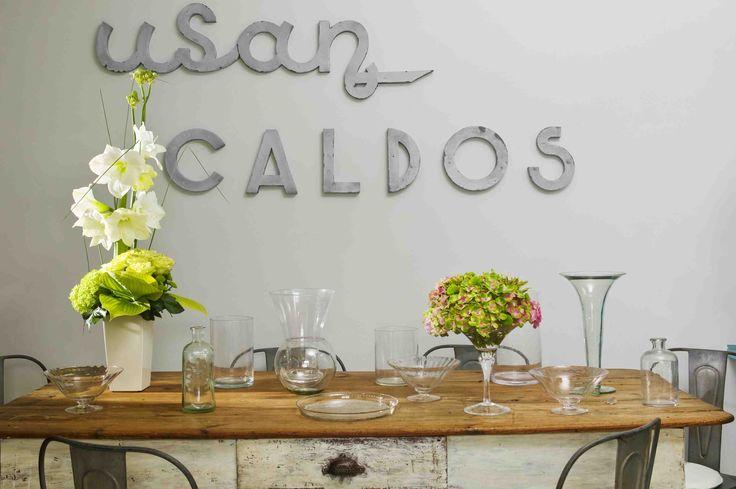 Flower arrangements for a rustic table setting with vases | Arreglos florales para una mesa rustica con jarrones
