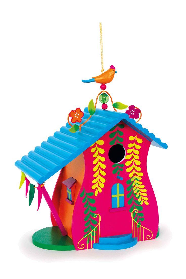In dit bont gelakte huis zullen inheemse vogels een nieuw thuis met veel plaats vinden en ons als dank blij maken met hun prachtige zangkunsten! Gelakte metalen elementen op de nok van de edele behuizing maken het fraaie design compleet en een acrylparel aan het koord om op te hangen betovert de toeschouwers met fascinerende lichtreflecties. Aan de achterzijde biedt een kleine opening met zwenkbare sluiting de mogelijkheid voor een controlerende blik op de jongen. De veranda aan de zijkant…