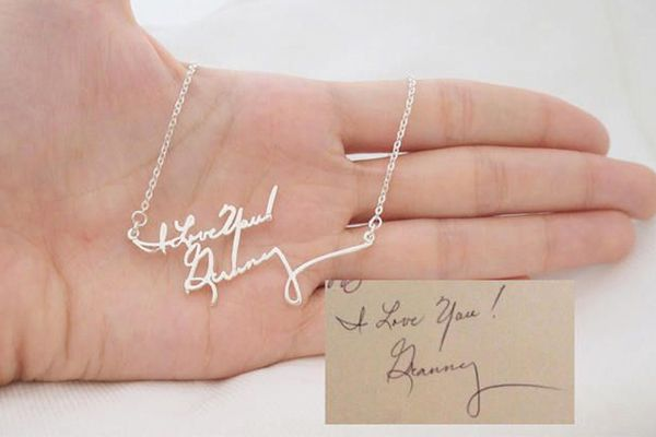 Si quieres que esas palabras poderosas o nombres propios te acompañen en el gran día, no dudes en lucirlas en forma de anillo, esclava o collar. #boda #detalles