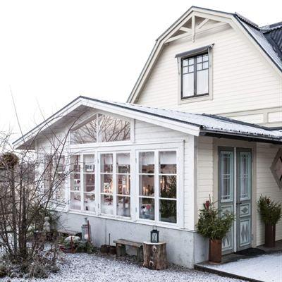 [ 1800-talshuset där det pyntas som förr i tiden ] Familjen Hammarström i Hudiksvall byggde en glasveranda med fönster från farmor Märtas gård. Pardörrarna har köpts på Blocket och granarna som står i rostiga mjölkkannor har ärvts från farmor Märta.  Glasverandan andas gammaldags jul och det gedigna träbordet är uppdukat till luciafika. Ur högtalarna strömmar stämningsfull julmusik. De doftar jul av gran, hyacinter, äpplen, saffransbullar och knäck.