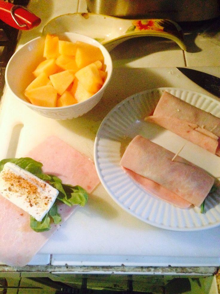 Diet day 4 !  Desayuno : rollutos de jamon de pavo con queso panela y espinaca, sasonados con vhile seco , acompañadi con 2 tazas de melon