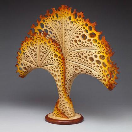 """Barco decorativo """"The Beauty Within"""". Este buque escultórico fue tallado en una calabaza. La talla de socorro contiene una orquídea inserción central tallada en madera (tilo). Las superficies no labradas estaban cubiertas con papel hecho a mano y de..."""