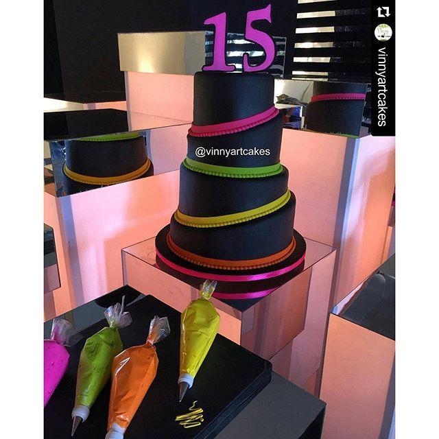 #mulpix #Repost @vinnyartcakes with @repostapp ・・・ Meu #tbt de hoje é bolo que fiz para os 15 anos da atriz @giuliacosta , o @cohencerimonial veio com uma proposta nova, que eu entregasse o bolo liso e os convidados fizesse a decoração final com o saco de confeitar, morri de medo mas eu bem que gostei no final!! #vinnyartcakes #giucosta15 #neon #fluor #party #cake #fondant