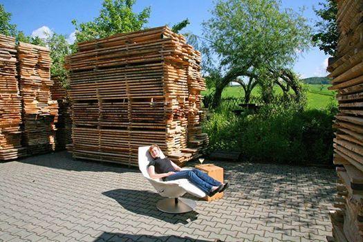 """Foto: Alleine schon für den Geruch von frisch gesägtem Holz lohnt es sich den Relaxsessel """"Ikarus"""" von JORI ins Freie zu tragen. Beim richtigen Wetter versteht sich. (Sessel- und Sofa-Sonderangebote: http://www.die-moebelmacher.de/produkte/sonderangebote/handel.html)"""