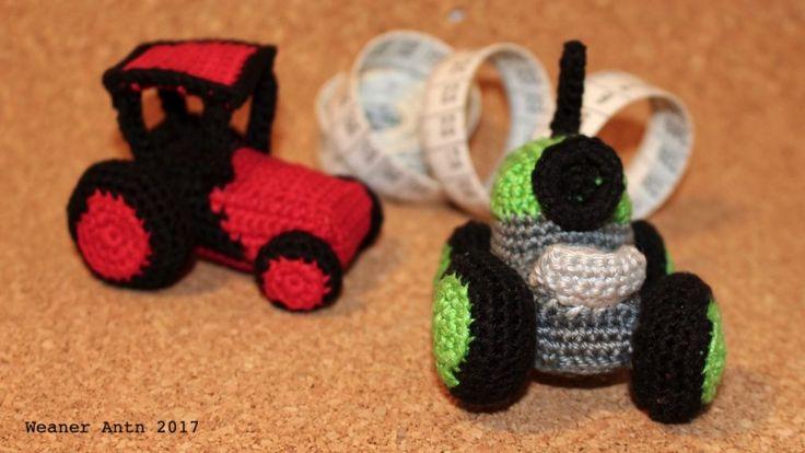 zwei kleine, gehäkelte Traktoren von #weanerantn