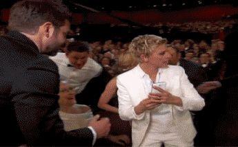 Photo Courtesy of Twitter / Ellen DeGeneres今夜開催されている第86回アカデミー賞授賞式で、司会者のエレン・デジェネレスが観客席に降りると、突然スマートフォンでセルフィーを撮ろうと言い出した。すると周りにいた俳優達が大集合。カメラを構えるブラッドリー・ク...