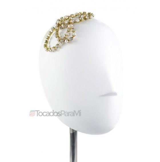 Tocado romántico con curvas de metal, perlas y cristales. Acceda a nuestra tienda de tocados online y conozca nuestros tocados de novia, diademas, coronas...