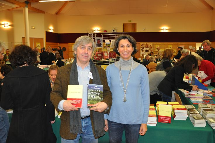 Anne des Editions de la Loupe et Sorj Chalandon avec son livre Le quatrième mur. Au salon du livre de Chazay d'Azergues en novembre 2013.