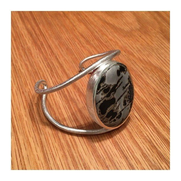 Nossa escolha do dia é a pulseira Garimpo em prata e jaspe com formas limpas e muito estilo.  #joiasrenatarose #joias #renatarose #renatarosedesignerdejoias #joiasparaamar #designdejoias #joalheriacontemporanea #joiascompersonalidade #joiasparasempre #joiasunicas #slowjewelry #slowdesign #designmaker #cooljewelry #Joyá #joyaipanema #temnajoya #contemporaryjewellery #jewelrydesign #jewelrylover #fashionjewelry #instastyle #instafashion