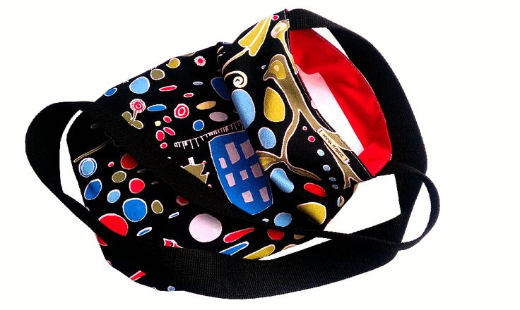 Praktyczna młodzieżowa torba, która pomieści książki i zeszyty w formacie A4. Z wytrzymałym paskiem. Uszyta dwustronnie, dzięki czemu możemy w zależności od potrzeb nosić ją wywiniętą na jedną lub drugą stronę.
