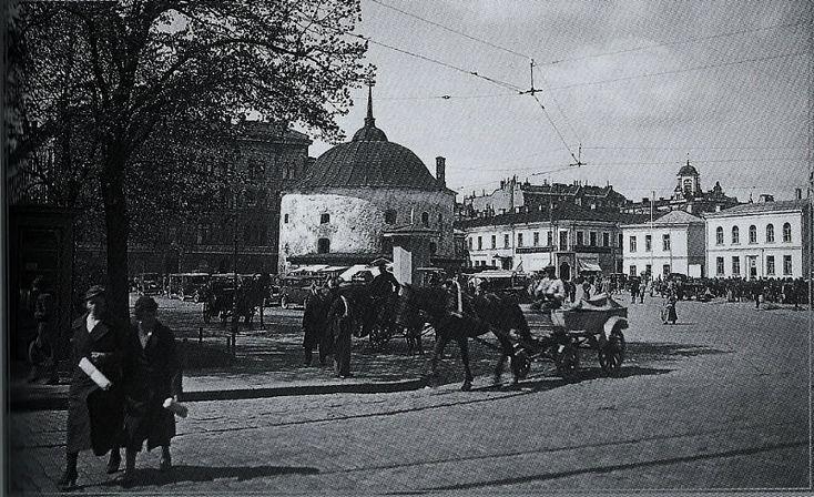 Kauppatorin laidalla sijaitseva Pyöreä torni oli eräs Viipurin maamerkeistä ennen sotia. Rakennus oli alkujaan 1500-luvun tykkitorni. 1930-luvun lopulla tornin kyljessä oli suosittu puinen kahvila 'Toripässi'. Tämä Eino Partasen ottama kuva on Antero Raevuoren kirjasta 'Hyvästi, Viipuri' (2011)
