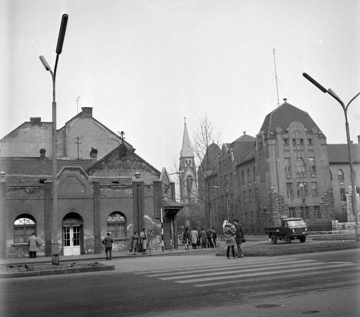 Indóház (Lenin) tér a vasútállomás előtt, szemben a Szabadság utca.