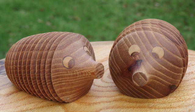 På denne side viser jeg nogle af de andre ting man kan lave i træ. Det er legetøj, pyntegenstande osv. Ting der kan bruges som værtindegaver, fødselsdagsgaver eller lignende. Cowboy hatte, Ahorn. ca 2,5 mm tykke Knage Paddehatte Rejsemorter i buksbom Lysestager Lysestager Samme form, samme materiale (Egetræ) forskelligt udtryk. Højde 28 cm for de … Læs videre Andre drejede emner →