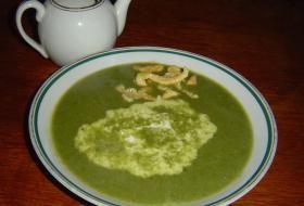Špenátová polévka se smetanou a z vložkou z bílkového těstíčka