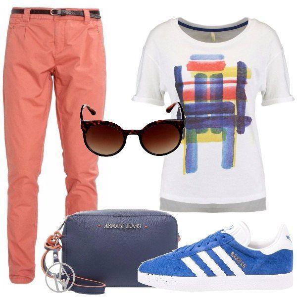Outfit giovane e dinamico, chino's colorati con cinturina, maglietta basic con pennellate di colore, sneakers di un azzurro brillante, borsa a tracolla firmata e occhiali da sole.