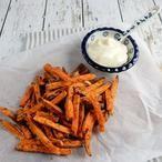 Frietjes van zoete aardappel uit de oven. Het recept voor deze lekker frietjes staat op mijn blog Homemade by Joke.