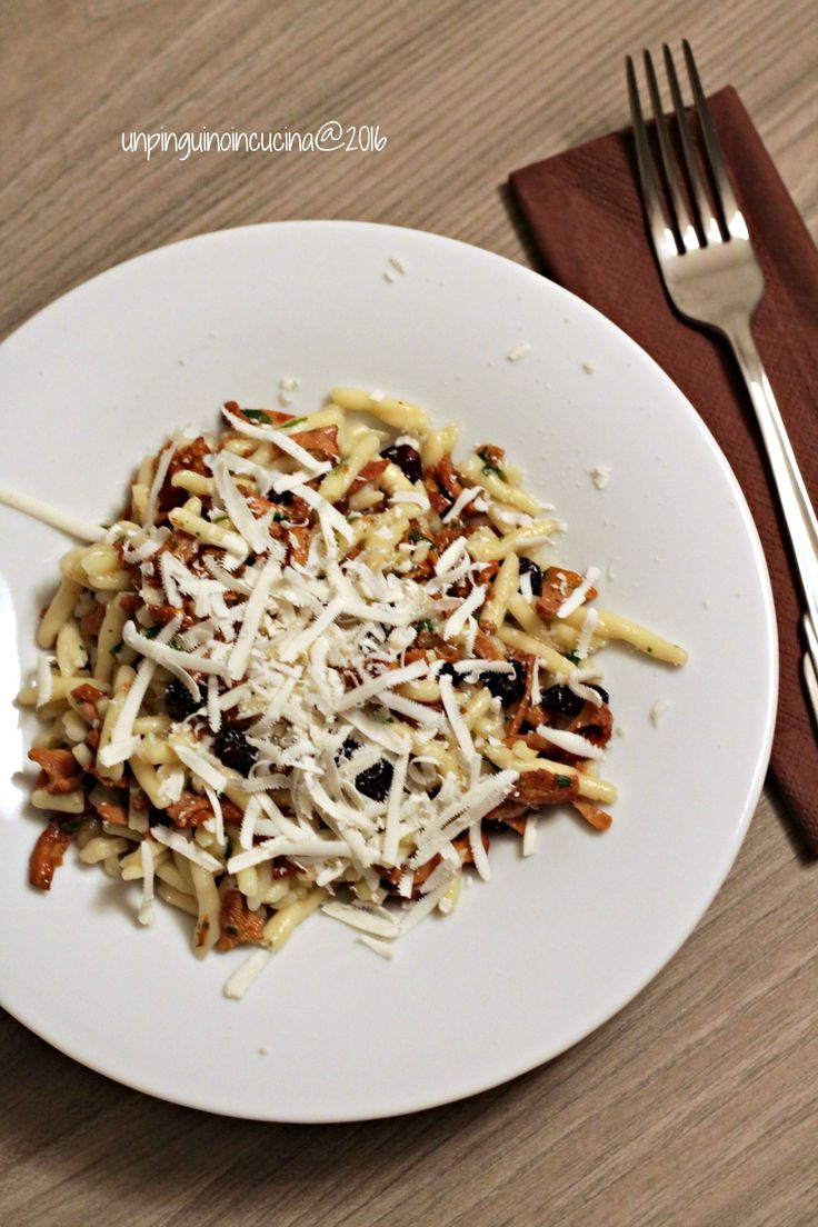 Trofie ai finferli con cranberries e ricotta salata | Trofie with Pfifferlingen, Cranberries und Ricotta salata | Un Pinguino in cucina